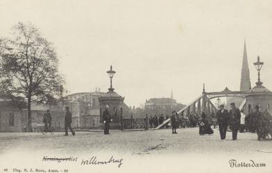 PBK-3526 Koningshaven, vanuit het noorden. Rechts de Willemsbrug (Brug der Zuchten) en links de spoorbrug. Op de ...