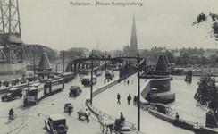 PBK-3533 De Koninginnebrug, vanuit het noorden. Op de achtergrond de rooms-katholieke Martelaren van Gorkumkerk aan het ...