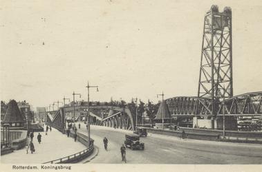PBK-3544 De Koninginnebrug, uit het zuiden, vanaf het Stieltjesplein. Rechts de spoohefbrug over de Koningshaven.