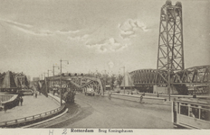 PBK-3546 De Koninginnebrug, uit het zuiden, vanaf het Stieltjesplein. Rechts de spoohefbrug over de Koningshaven.