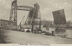 PBK-3553 De openstaande Koninginnebrug, vanuit het westen. Op de achtergrond de spoorhefbrug.
