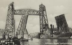 PBK-3555 Een schip vaart door de openstaande Koninginnebrug en de spoorhefbrug.