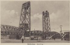 PBK-3590 De spoorweghefbrug over de Koningshaven. Links de Koninginnebrug en rechts de hulpbrug.