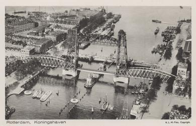 PBK-3596 Overzicht vanuit de lucht van de Koningshaven met de spoorhefbrug en de Koninginnebrug. Uit het oosten gezien. ...