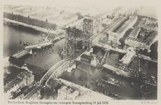 PBK-3597 Overzicht van de Koninghaven met de spoorhefbrug en de oude Koninginnebrug, tijdens de transport van een ...