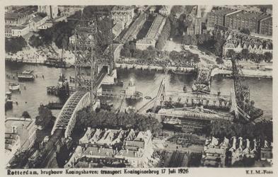 PBK-3598 Overzicht van de Koningshaven met de spoorhefbrug en de oude Koninginnebrug, tijdens de transport van de ...