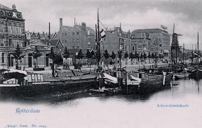 PBK-36 Panden en schepen aan de Admiraliteitskade uit het westen gezien. Rechts oliemolen De Reus.
