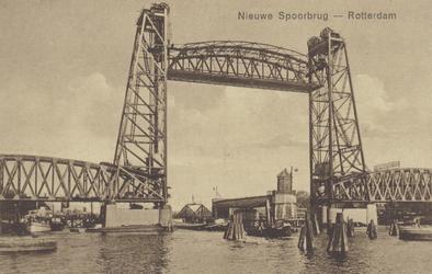 PBK-3607 De spoorweghefbrug over de Koningshaven met op de achtergrond de oude draaibrug en de hulpbrug voor voetgangers.
