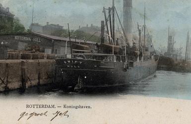 PBK-3618 Een schip genaamd Swift Hull ligt aangemeerd aan de kade van de Koningshaven, bij de loods waarop te lezen ...