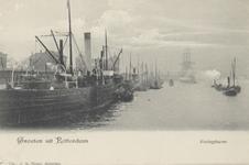 PBK-3619 Koningshaven in de richting van het Poortgebouw. Links de kade met schepen.