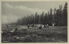 PBK-3630 Speelterrein in het Kralingse Bos. Een open grasvlakte vol met mensen.