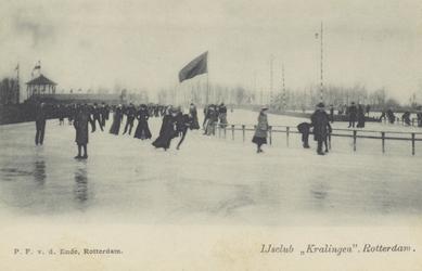 PBK-3644 Kinderen en volwassenen op de ijsbaan van de IJsclub Kralingen aan de Kralingse Plaslaan.