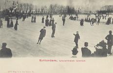 PBK-3645 Schaatsende mensen op de ijsbaan van de IJsclub Kralingen aan de Kralingse Plaslaan. Op de achtergrond de ...