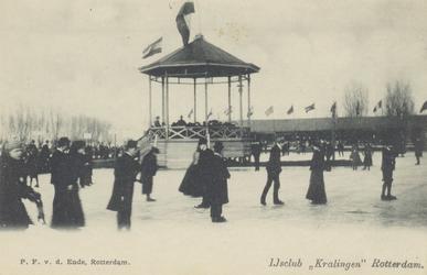 PBK-3654 Mensen op de baan van de IJsclub Kralingen aan de Kralingse Plaslaan. Op de achtergrond de muziektent. Geheel ...