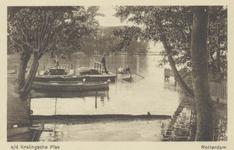 PBK-3657 Een aanlegsteiger op de punt van het Park Rozenburg, met bootjes in het water. Van de Kortekade af, uit het ...