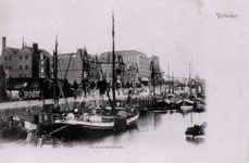 PBK-37 Panden en schepen aan de Admiraliteitskade, met rechts oliemolen De Reus. Vanuit het westen gezien
