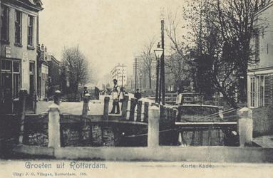 PBK-3740 Gezicht op de Kortekade, uit het zuiden. Rechts een sloot met bruggen erover, ter hoogte van het voormalig ...