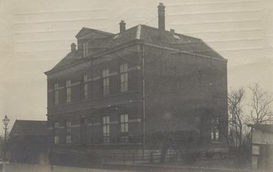 PBK-3750 Schoolgebouw voor gewoon lager onderwijs (Openbaar onderwijs) aan de Kortekade nummer 97a. De heer Adam, hoofd ...