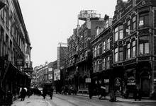 PBK-3783 Kruiskade, uit het westen. Rechts, tussen de Lijnbaanstraat en de Nieuwe Kerkstraat, winkelpanden, hotel ...