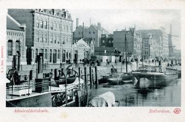 PBK-38 Panden en schepen aan de Admiraliteitskade, op de achtergrond oliemolen De Reus. Vanuit het westen gezien.