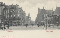PBK-3805 Kruisstraat met rechts de ingang van de Rotterdamsche Diergaarde, links de Diergaardelaan. Op de achtergrond ...