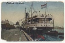PBK-4004 Een schip ligt aangemeerd aan de Lloydkade.