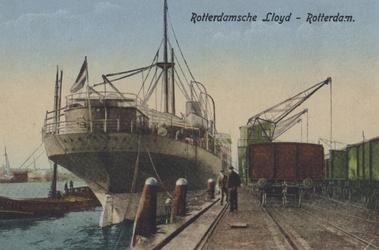 PBK-4005 Een schip van de Rotterdamse LLoyd, de Samarinda, ligt aangemeerd aan de kade. De Rotterdamse Lloyd vestigde ...
