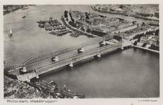 PBK-4060 Luchtopname van de Nieuwe Maas, de Willemsbrug, de spoorbrug over de Nieuwe Maas, en het Noordereiland, uit ...