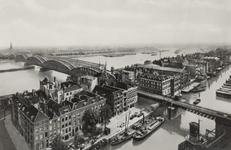 PBK-4064 Gezicht op de Nieuwe Maas met de spoorbrug en de Willemsbrug. Op de voorgrond het Bolwerk, de Hertekade en de ...