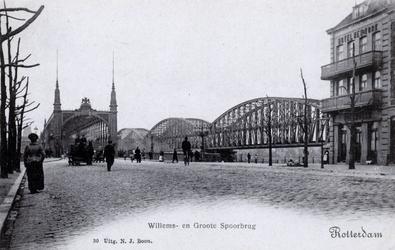 PBK-4200 De oprit naar de Willemsbrug, uit het zuiden, vanaf de Van der Takstraat, rechts de spoorbrug over de Nieuwe Maas.