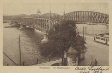 PBK-4204 De oprit naar de Willemsbrug, vanuit het zuiden. Rechts de spoorbrug over de Nieuwe Maas. Op de achtergrond ...