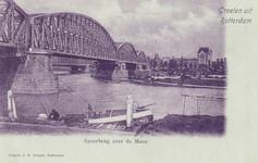 PBK-4237 Nieuwe Maas met een binnenvaartuig langs de kade, vanuit het zuiden. Links de spoorbrug, daarachter de ...