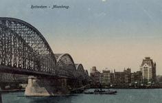 PBK-4238 Nieuwe Maas, vanuit het zuiden. Links de spoorbrug, daarachter de Willemsbrug. Op de achtergrond het Witte ...
