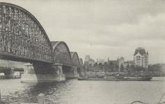 PBK-4239 Nieuwe Maas, vanuit het zuiden. Links de spoorbrug, daarachter de Willemsbrug. Op de achtergrond het Witte ...