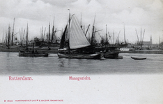 PBK-4367 Schepen op de Nieuwe Maas, voor Delfshaven. Op de achtergrond links de watertoren en rechts de Sint-Antonius ...