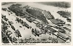 PBK-4388 Overzicht van schepen, graanelevators, laadbruginstallatie, loodsen en werkplaatsen aan de Maashaven. In het ...