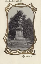 PBK-4402 Het standbeeld van de in Delfshaven geboren vlootvoogd Piet Hein aan het Piet Heynsplein.
