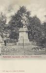 PBK-4405 Het standbeeld van de in Delfshaven geboren vlootvoogd Piet Hein aan het Piet Heynsplein.