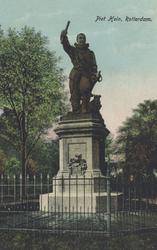 PBK-4411 Het standbeeld van de in Delfshaven geboren vlootvoogd Piet Hein aan het Piet Heynsplein.