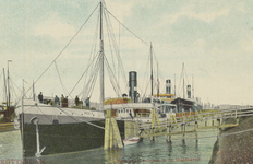 PBK-4433 Stoomschip Udala en andere schepen langs de kade van de Maashaven.