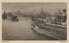 PBK-4459 Vrachtschepen en binnenvaartuig in de Maashaven aangemeerd bij een elevator voor overslag van goederen. Op de ...