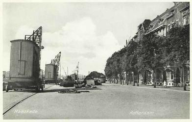 PBK-4474 Gezicht op de Maaskade, uit het westen. Op de achtergrond een tram, die daar een korte tijd heeft gereden.