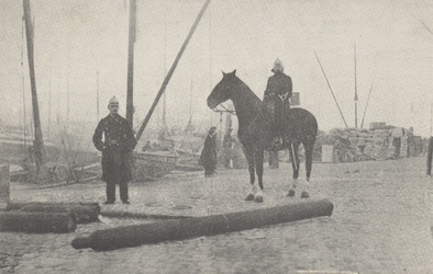 PBK-4481 Twee politieagenten te paard na de ontploffing van een zuurstoffles op de Maaskade.