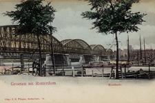 PBK-4485 Maaskade, uit het zuidoosten. Links de spoorbrug. Op de achtergrond panden aan het Bolwerk.