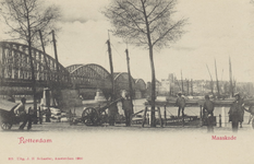 PBK-4487 Maaskade, vanuit het zuidoosten. Links de spoorbrug over de Nieuwe Maas. Op de achtergrond panden aan het Bolwerk.