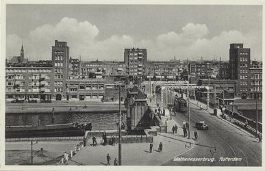 PBK-4564 De Mathenesserbrug gezien uit het westen. Op de achtergrond het Mathenesserplein.