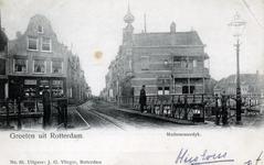 PBK-4568 Gezicht op de Aelbrechtsbrug vanuit de Havenstraat. Op de achtergrond de Mathenesserdijk. Rechts café de Zwaan.