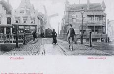 PBK-4570 Gezicht op de Aelbrechtsbrug vanuit de Havenstraat. Op de achtergrond de Mathenesserdijk met een stoomtram en ...