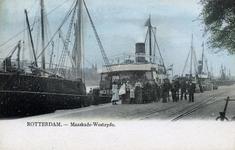PBK-4753 Schepen in de Koningshaven. Links op de achtergrond het Noordereiland en rechts de Nassaukade. Vooraan het ...