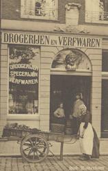 PBK-4863 De drogisterij van Weduwe Flaes & zoon aan de Nieuwehaven nummer 161 b met de gaper als uithangbord boven de ...